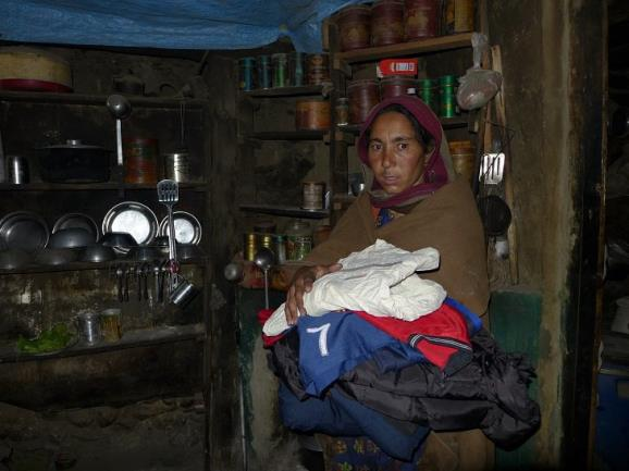 La viuda de Ali Hussein, el cocinero asesinado por los talibanes en el Nanga Parbat. Foto: Sebastián Álvaro