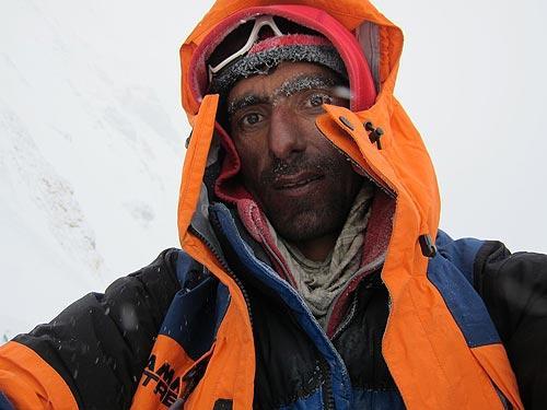 El alpinista pakistaní Nisar Hussein en el Campo 1, a 6200 metros. Foto: Alex Txikon