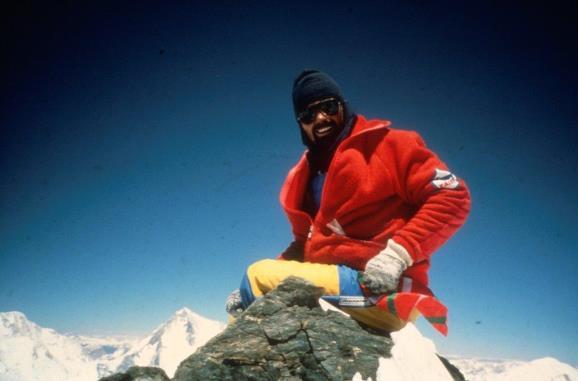 Gregorio en la cima del Chogolisa. Foto: Sebastián Álvaro