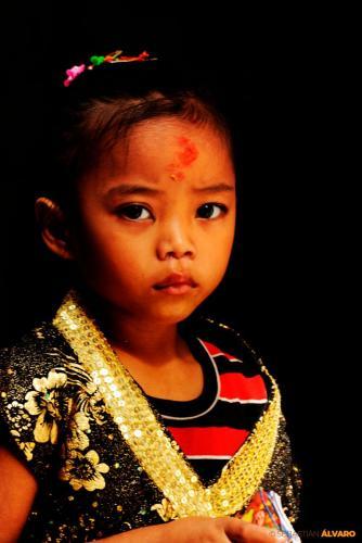 NIÑA CELEBRANDO UNA FESTIVIDAD (VALLE DE KATMANDÚ, NEPAL)